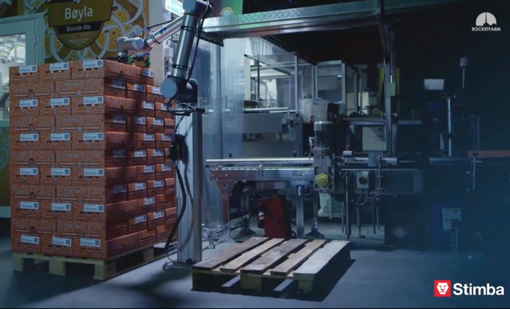 PAL.co economic v pivovare - paletizácia balení na konci výrobnej linky