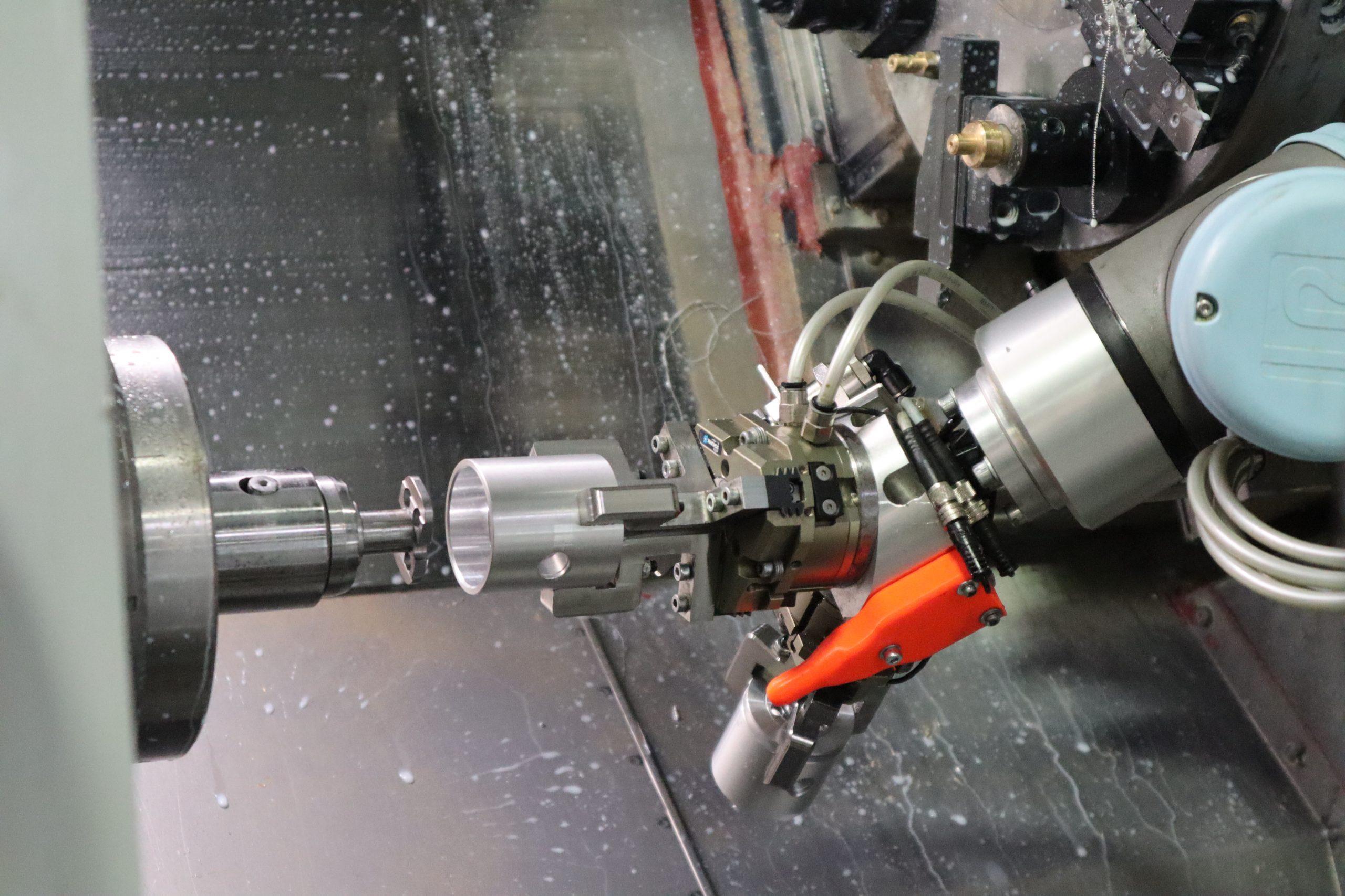 založenie kusu kolaboratívnym robotom do CNC stroja