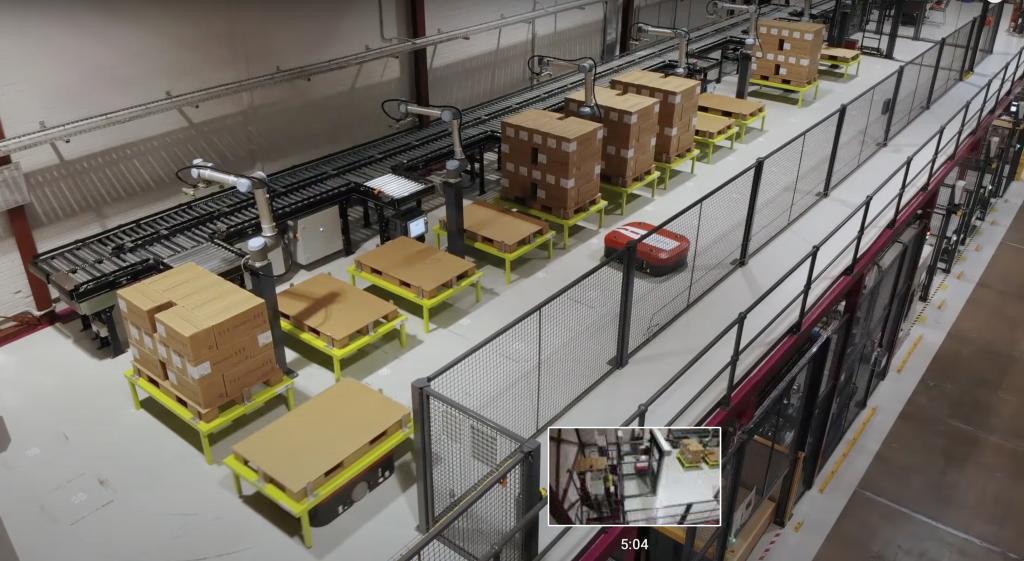 Privezenie prázdnej palety pomocou AGV ku kolaboratívnemu robotovi