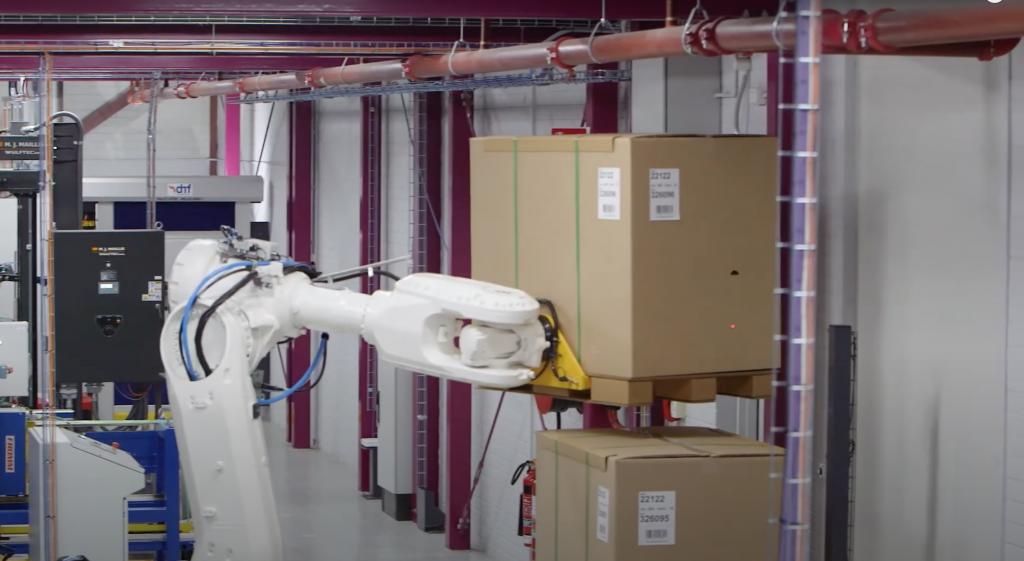 Ukladanie 2 paliet na seba priemyselným robotom