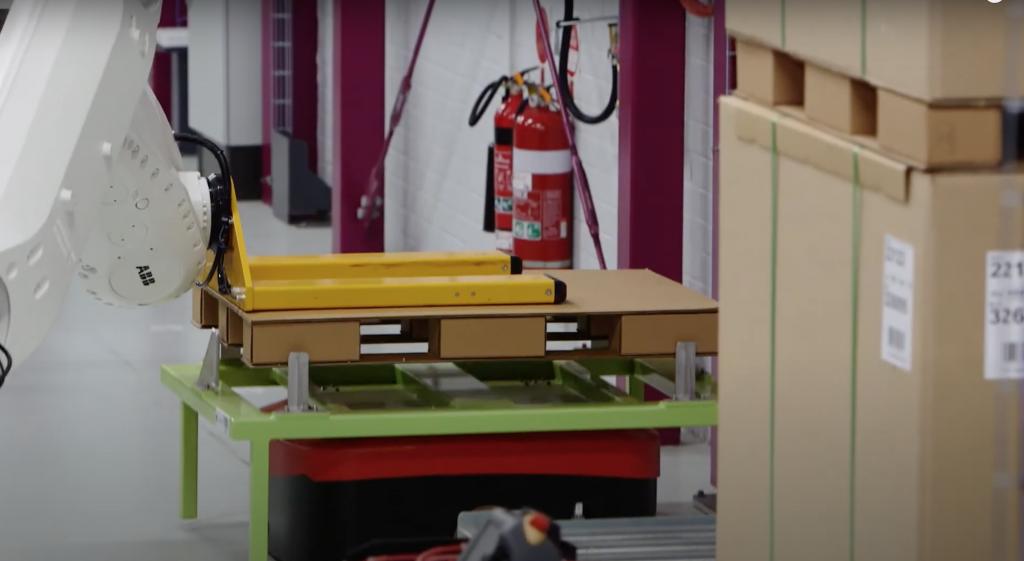 Nasadenie prázdnej palety na AGV priemyselným robotom