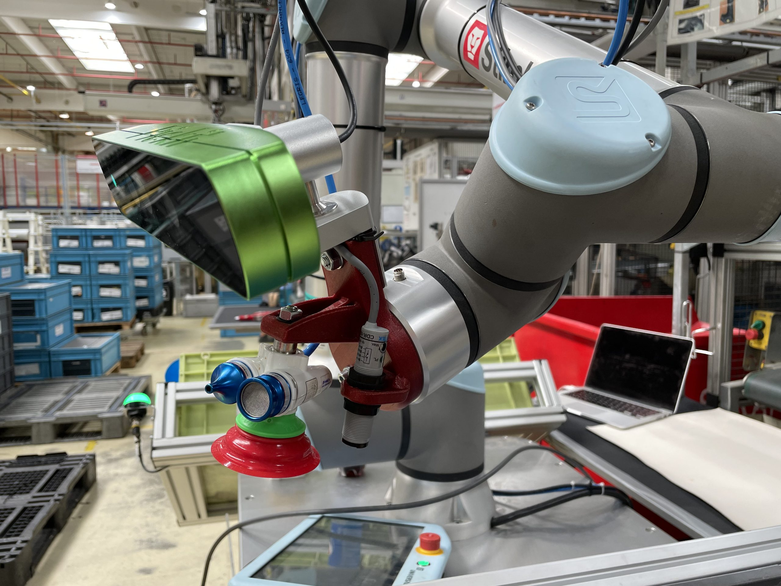 3D picking plastových dielov zo vstrekolisu kolaboratívnym robotom UR10e